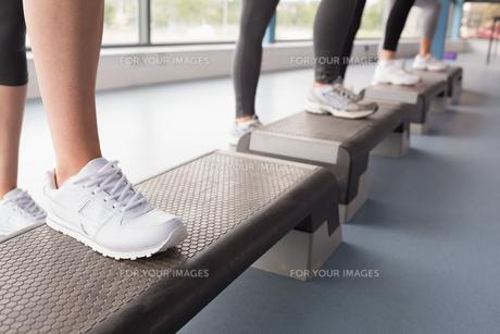 Womens feet stepping in aerobics classの写真素材 [FYI00486853]