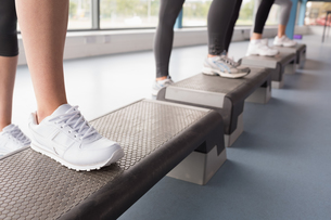Womens feet stepping in aerobics classの写真素材 [FYI00486853]
