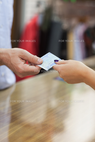 Paying with cash at counterの写真素材 [FYI00486854]