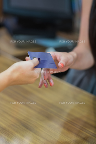 Credit card at cash registerの写真素材 [FYI00486859]