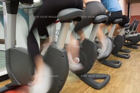 People riding on exercise bikesの写真素材 [FYI00486863]