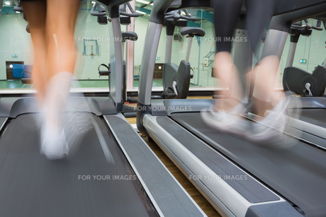 Two people running on treadmillsの写真素材 [FYI00486868]