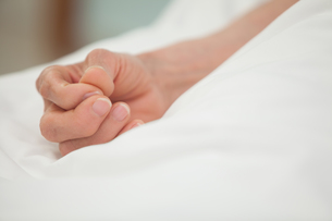 Hand in white bed coverの写真素材 [FYI00486869]