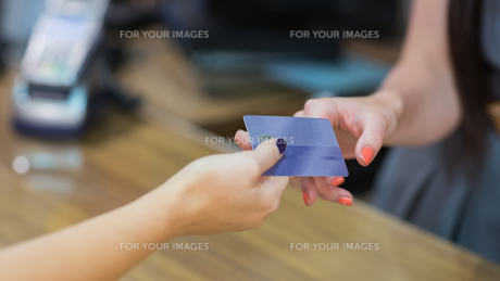 Woman handing over credit cardの写真素材 [FYI00486873]