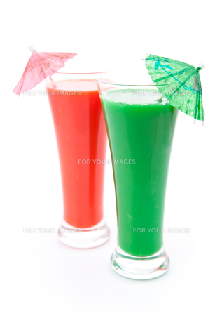 Two full glasses with cocktail umbrellaの素材 [FYI00486875]