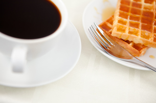 Waffles placed next to a coffee cupの写真素材 [FYI00486884]
