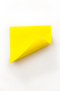 Close up of a yellow curved adhesive noteの素材 [FYI00486895]