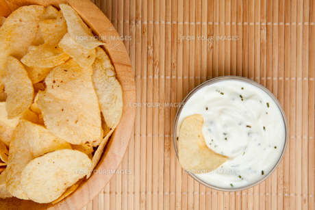 A bowl of chips and a bowl of dip side by sideの写真素材 [FYI00486898]