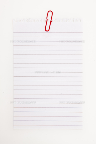 Blank page with red paperclipの写真素材 [FYI00486904]
