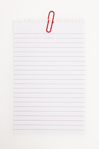 Blank page with red paperclipの素材 [FYI00486904]