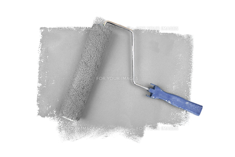 Paint roller on grey tracesの素材 [FYI00486924]