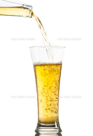 Glass of beer being poured from a bottleの素材 [FYI00486942]
