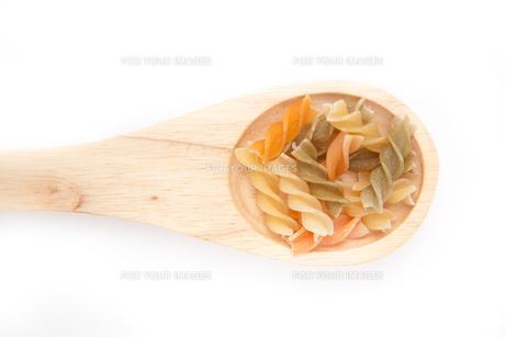 Wooden spoon with pastaの写真素材 [FYI00486946]