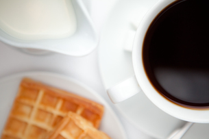 Cup of coffee with wafflesの写真素材 [FYI00486951]