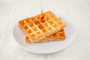 Honey falling on a waffleの写真素材 [FYI00486954]
