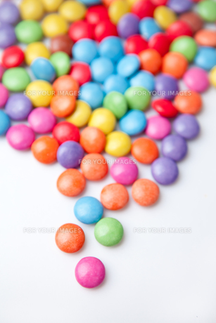 Multicolored chocolate candiesの写真素材 [FYI00486960]