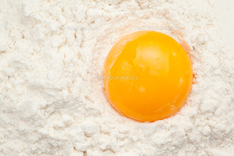 Egg yolk on the flourの写真素材 [FYI00486963]
