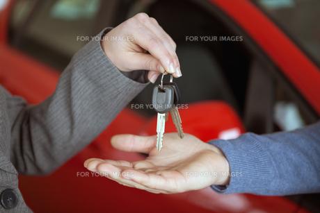 Person handing keys to someone elseの写真素材 [FYI00486967]