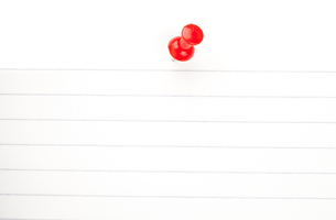 Red pushpin with a white paperの写真素材 [FYI00486968]