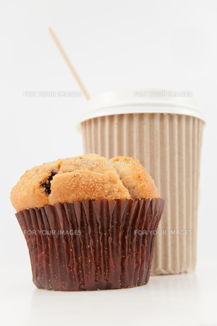 Muffin and a cup of coffee placed togetherの素材 [FYI00486969]