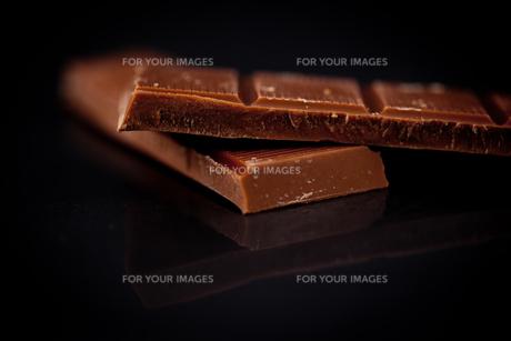 Two blurred bar of dark chocolateの写真素材 [FYI00486975]