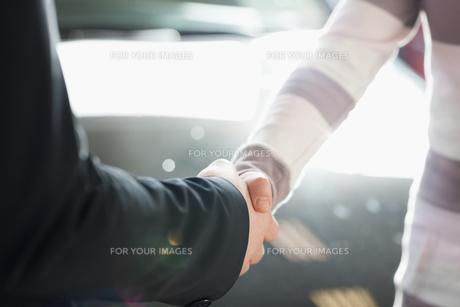 Two people shaking handの写真素材 [FYI00486979]