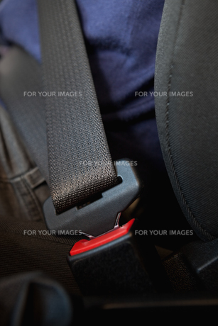 Person being seated with fastened seatbeltの写真素材 [FYI00486982]