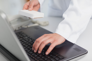 Doctor typing on a laptopの素材 [FYI00486996]