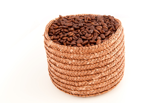 A basket full of roasted coffee seedsの写真素材 [FYI00486997]