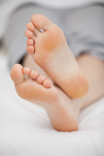 Close-up of the feet of a woman who is lyingの写真素材 [FYI00487000]