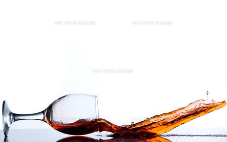 Falling glassの写真素材 [FYI00487012]