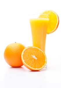 One orange and a half near a glass of orange juiceの写真素材 [FYI00487026]