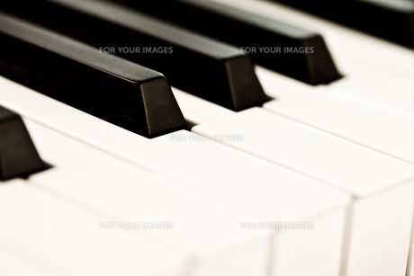 Close up of keyboard of a pianoの写真素材 [FYI00487027]