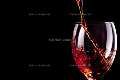 Empty stemware being filled with wineの写真素材 [FYI00487028]