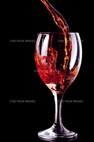 Empty glass being filled with wineの写真素材 [FYI00487030]