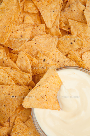 Bowl of dip surrounded by nachosの写真素材 [FYI00487032]