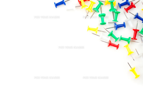 Large group of multi coloured pushpins on the sideの素材 [FYI00487038]