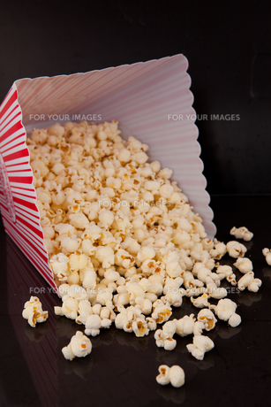 Pop corn falling out of boxの素材 [FYI00487053]