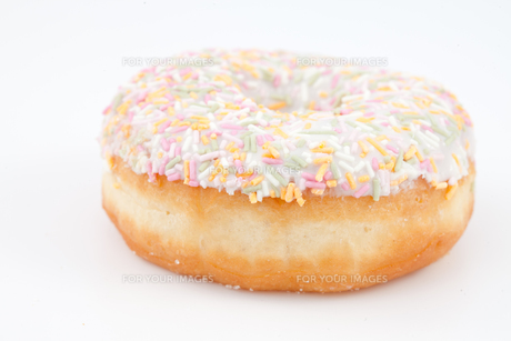 Close up of a doughnut with multi coloured icing sugarの写真素材 [FYI00487056]