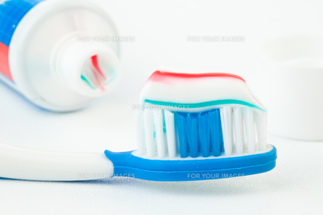 Tube of toothpaste with toothbrushの写真素材 [FYI00487060]