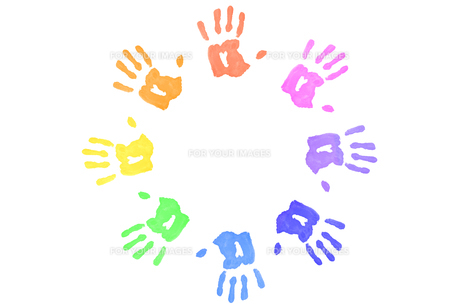 Multicolored handprints forming a circleの素材 [FYI00487066]