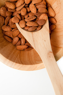 Wooden spoon with almonds in in a bowlの素材 [FYI00487071]