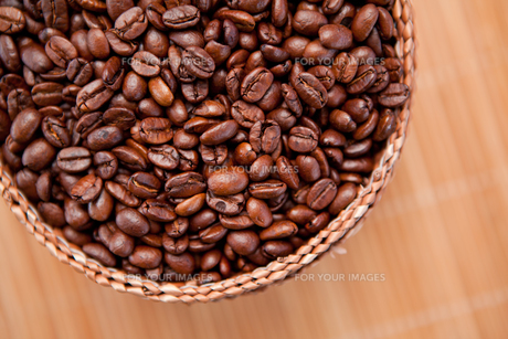 Roasted coffee seeds in a basketの写真素材 [FYI00487074]