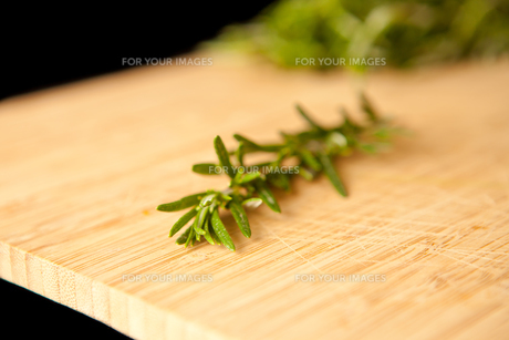 Thyme on a wooden tableの素材 [FYI00487095]