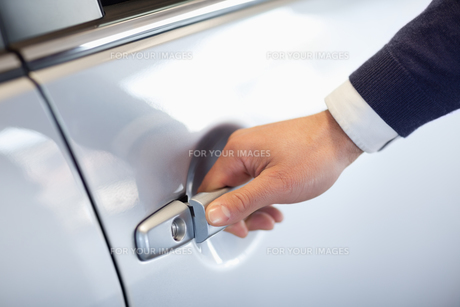 Close up of a man opening a car doorの素材 [FYI00487098]