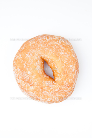 Extreme close up of a doughnut with icing sugarの写真素材 [FYI00487121]