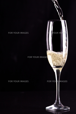 Glass of champaigne being filledの素材 [FYI00487125]