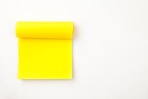 Many yellow adhesive notesの写真素材 [FYI00487129]