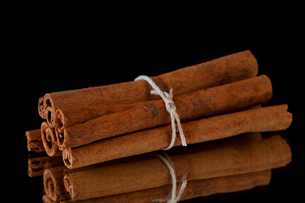 Cinnamon sticks packed togetherの写真素材 [FYI00487135]