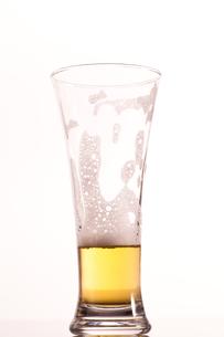 Almost empty glass of beerの写真素材 [FYI00487136]